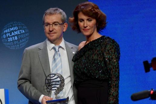 El ganador del Premio Planeta 2018, Santiago Posteguillo, junto a la finalista Ayanta Barilli