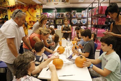 El taller de calabazas de El Corte Inglés de Avenidas se ha convertido en un clásico para los preparativos de Halloween.