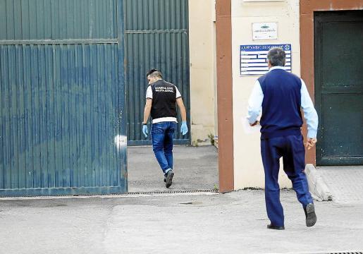 Agentes de la Guardia Civil, accediendo al interior del centro de menores de Es Pinaret.