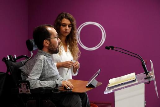 El secretario de Organización y Programa de Podemos, Pablo Echenique, y la diputada Noelia Vera durante una rueda de prensa.