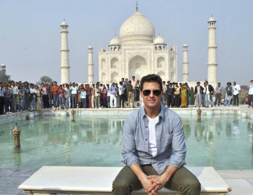 La estrella de Hollywood Tom Cruise posa durante su visita al monumento al amor por antonomasia, el Taj Mahal.