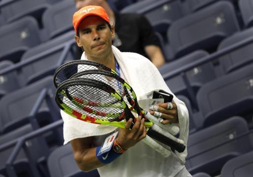 Rafael Nadal porta varias raquetas durante su participación en la última edición del US Open.