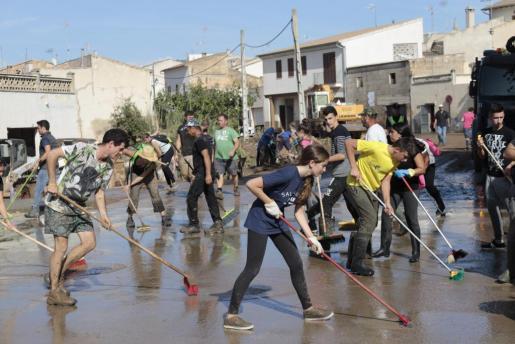 Imagen dos días después de la catástrofe, cuando unas 1.300 personas llegadas de toda la Isla trabajaron intensamente en la limpieza de calles y casas.