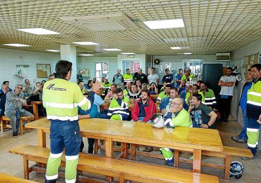 La asamblea de trabajadores y el comité de empresa de Cemex en la reunión de este jueves.