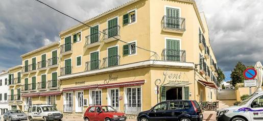 Hotel Jeni & Restaurant es un referente en es Mercadal y ocupa lo que antes fue el centro cultural y recreativo.