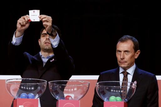 El director de Relaciones Internacionales del Real Madrid, Emilio Butragueño (d), y el presentador de la RFEF Saúl Ramos (i), durante el sorteo de los dieciseisavos de final de la Copa del Rey.