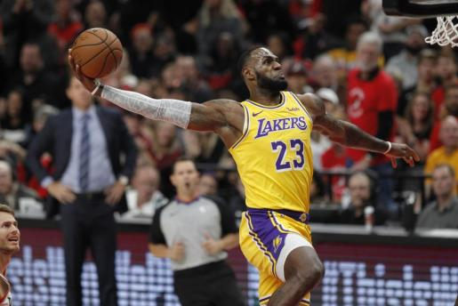 El alero de los Lakers LeBron James en acción durante el partido de NBA disputado entre los Portland Trail Blazers y Los Ángeles Lakers, en el Centro Moda de Portland, Oregon (EE.UU.).