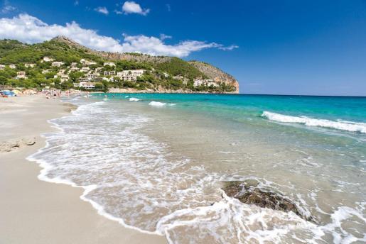 Imagen de archivo de la playa de Canyamel que ha sido cerrada al baño.