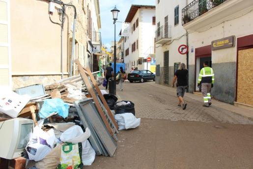 También se detiene la actividad de los voluntarios profesionales-carpinteros, obreros, muebles, electricistas, pintores, fontaneros...