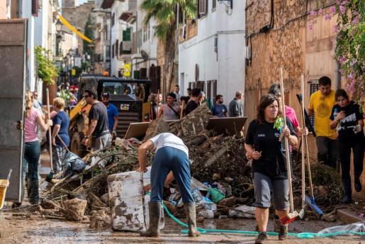 Muchos voluntarios acudieron a Sant Llorenç para ayudar en las labores de limpieza del municipio.