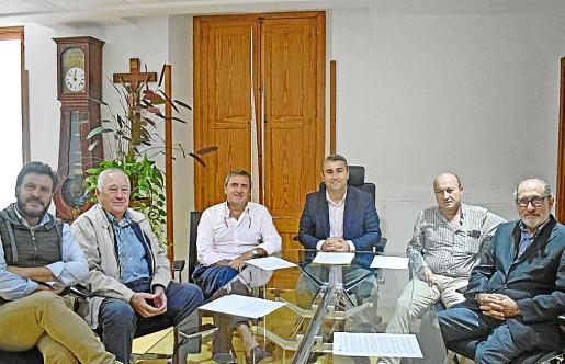 Los representantes de la asociación de copropietarios se reunieron ayer con el alcalde.