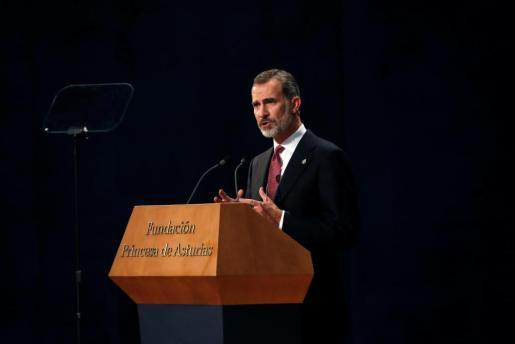 El rey Felipe dirigiéndoes a los asistentes durante su asistencia a la ceremonia de entrega de los Premios Princesa de Asturias.