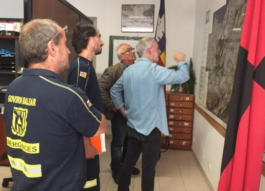 El alcalde de Pollença, Miquel Àngel March, con el director general de Emergèncias, Pere Perelló, evaluando los daños.