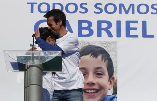 Patricia Ramírez y Ángel Cruz, padres de Gabriel, abrazándose durante una concentración.