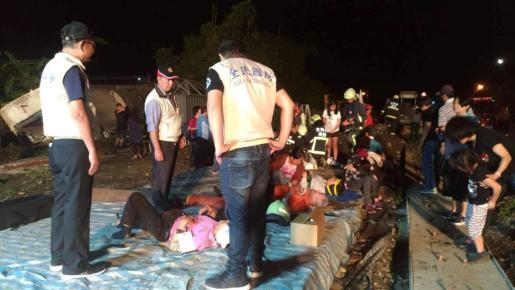Al menos 17 personas han muerto al descarrillar un tren en Taiwán.