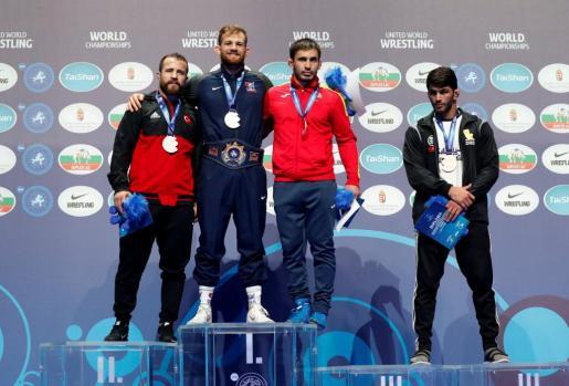 Taimuraz Friev, tercero por la izquierda, en el podio del Mundial de Budapest.