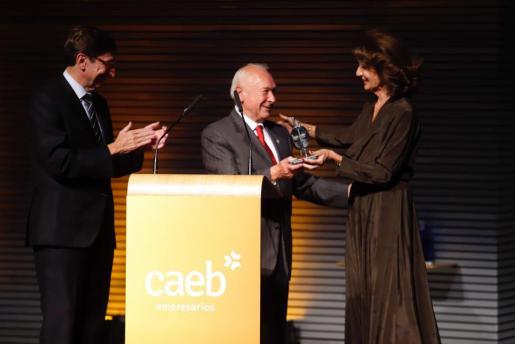 La presidenta de CAEB, Carmen Planas, y el presidente de Bankia, José Ignacio Goirigolzarri, han sido los encargados de entregar el premio a Gabriel Sampol.