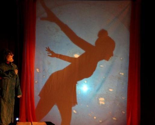 'El Coleccionista Celeste' es una obra familiar con teatro de sombras y marionetas.