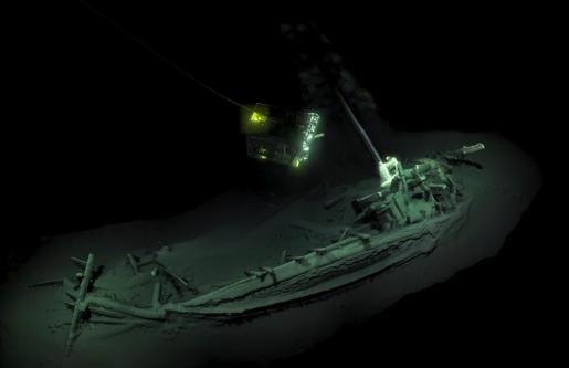 Fotografía del navío más antiguo del mundo, encontrado durante una expedición en la costa búlgara del Mar Negro en 2017 a más de 2 kilómetros de profundidad, con el mástil, el timón y los bancos de remos intactos.