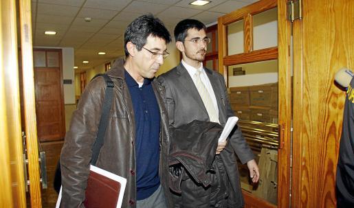 Alfredo Conde, junto a su abogado Jaime Campaner, en una de las declaraciones que ha realizado ante el juez del caso mquillaje.