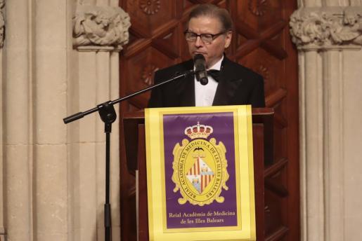 Sebastià Crespí durante su discurso en la Real Academia de Medicina..
