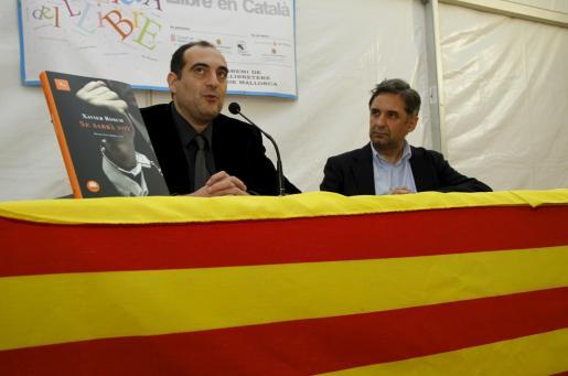 Xavier Bosch, a la izquierda, ayer en la Setmana del Llibre en Català con Miquel Serra, director de 'dBalears'.