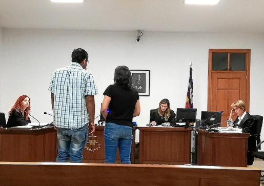 El acusado, junto a la intérprete, ayer durante el juicio celebrado en Vía Alemania.