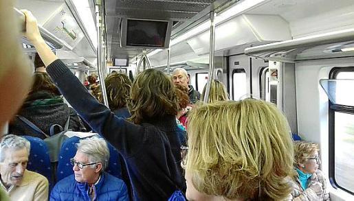 Las personas que se ven obligadas a coger el tren para ir a Palma a estudiar o trabajar viven en primera persona las escenas que se reproducen en las imágenes. La saturación obliga a muchos pasajeros a quedarse en el andén por imposibilidad de acceder al vagón.