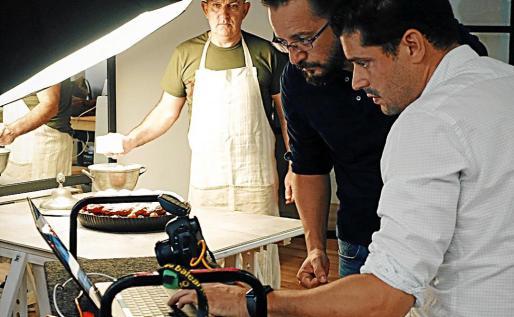 Nando Esteva, Miguel Ángel Payeras y Tomeu Arbona, revisando las fotos que ilustrarán el libro.