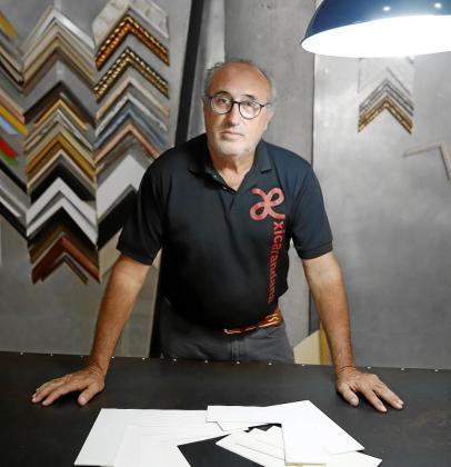 Félix Comas está al frente de Xicarandana desde su creación hace 38 años y ha sido responsable de la enmarcación de piezas de entidades como la Fundación March.