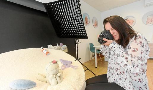 Marieli Correa fotografía la muñeca con la que realiza las prácticas en su estudio.