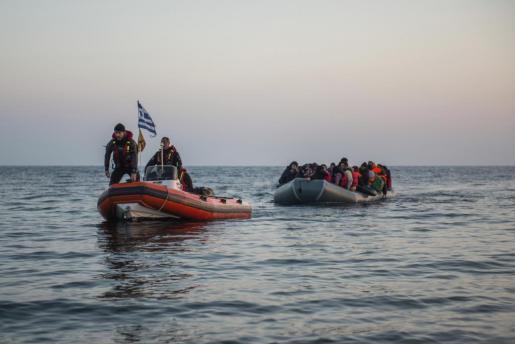 Imagen de una lancha con voluntarios que arrastra otra embarcación cargada con sirios que huyen de la guerra buscando un lugar dónde vivir.