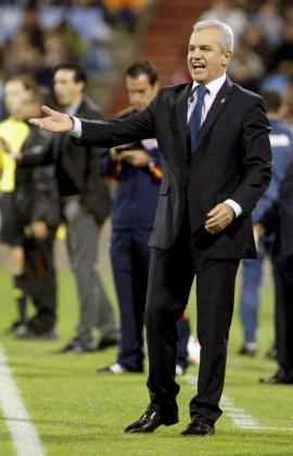 El entrenador mexicano del Real Zaragoza, Javier Aguirre, da instrucciones a sus jugadores durante un partido.