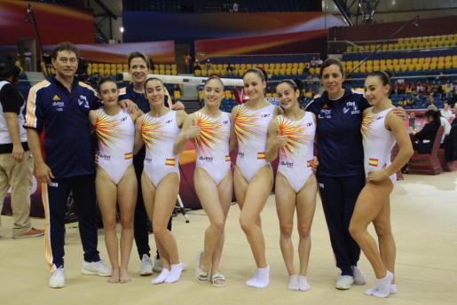 Cintia Rodríguez y el técnico Pedro Mir, a la izquierda de la imagen, con el resto del equipo español.