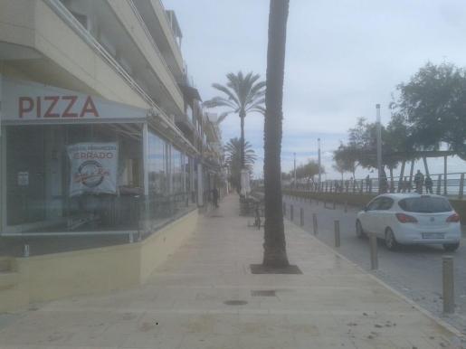 Esta calle del Molinar ha amanecido este domingo inundada de heces y toallitas húmedas.
