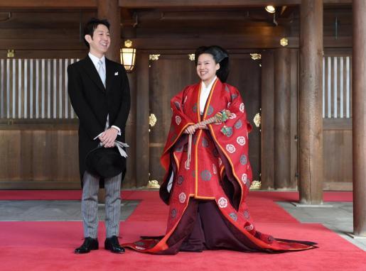 La princesa japonesa Ayako de Takamado y su marido, Kei Moriya, conversan con los medios de comunicación tras su boda en el templo Meiji en Tokio.