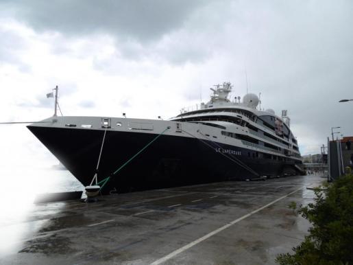El nuevo crucero de lujo francés, con espíritu de megayate, atracado ayer en el puerto de Palma.
