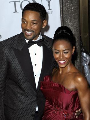 Los actores Will Smith (i) y su esposa, Jada Pinkett-Smith (d), a su llegada a la ceremonia de entrega de los premios de teatro Tony en el Radio City Music Hall de Nueva York.