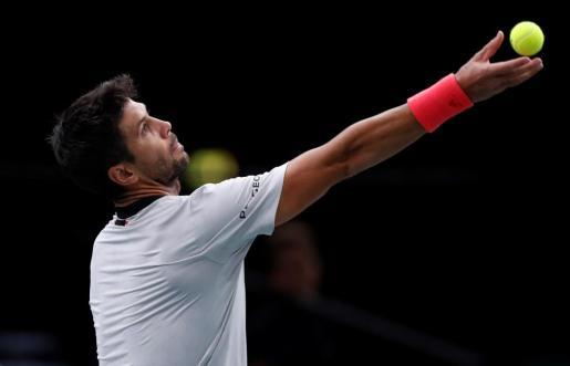 El tenista español Fernando Verdasco se dispone a servir durante su partido ante Chardy.