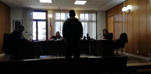 El acusado, escuchando su sentencia.