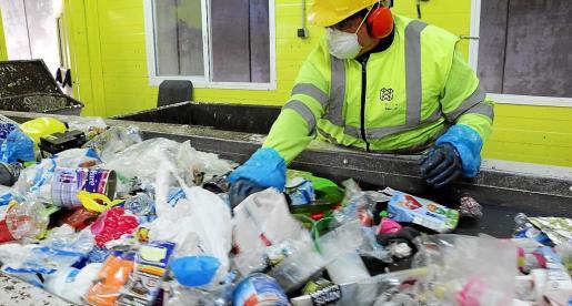 Reciclado de envases en la planta de Tirme. El Govern fija en la ley de residuos que en 2020 se recicle un 50 %.