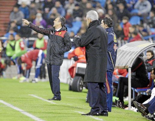 Javier Aguirre y Joaquín Caparrós dan instrucciones a sus jugadores durante el encuentro de ayer.