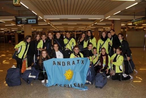 En la imagen, las representantes del club Es Vinyet, a su llegada ayer al aeropuerto de Son Sant Joan desde Barcelona.