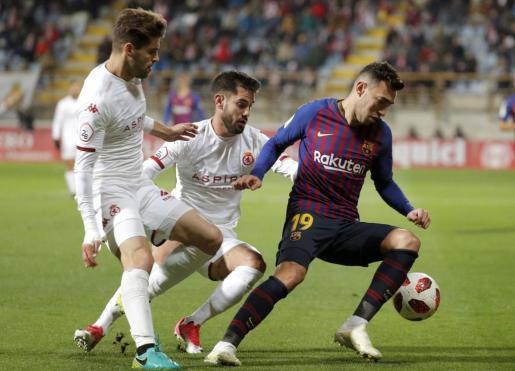 El delantero del FC Barcelona Munir el Haddadi (d) pelea un balón con Saúl, e Iván González, de la Cultural Leonesa.