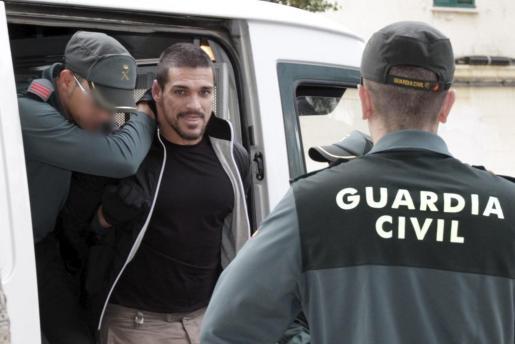 Paulo César Baptista, alias José Pereira Sousa, a su llegada a los juzgados de Eivissa bajo fuertes medidas de seguridad.