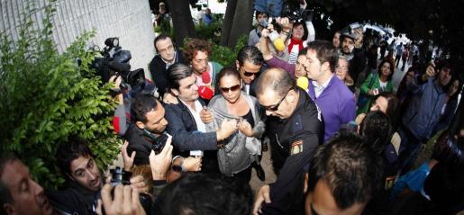 La tonadillera Isabel Pantoja (c), rodeada de periodistas a su llegada al Juzgado de Instrucción número 5 de Marbella para que le sea notificada la apertura de juicio oral en octubre del año pasado.