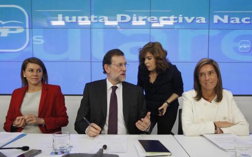 De izquierda a derecha, María Dolores de Cospedal, Mariano Rajoy, Soraya Sáez de Santamaría, y Ana Mato, en la reunión de esta mañana.
