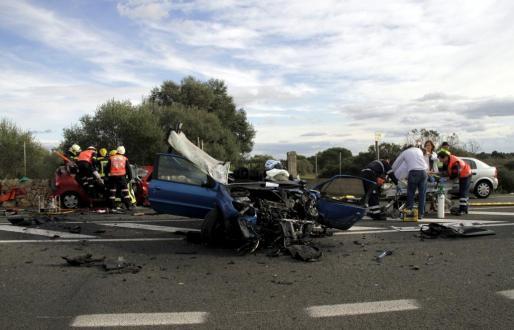 Los dos coches que han sufrido el choque han quedado destrozados.