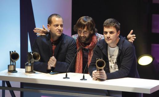 """Los integrantes del grupo musical, El Canto del loco, tras recibir el premio a la """"Mejor gira"""", durante la gala de entrega de los XIV Premios de la Música, que se celebran esta noche en el Teatro Häagen Dazs Calderón de Madrid."""