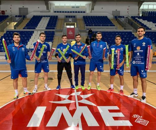Varios de los jugadores del Palma Futsal posan con los palos animadores que se repartirán este sábado en Son Moix.